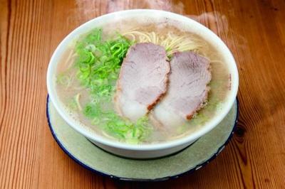 【写真を見る】福岡エリアのラーメンランキング第1位、「らぁめんシフク」のラーメン(600円)。豚骨のコクとキレを意識したスープが、中太麺とマッチする