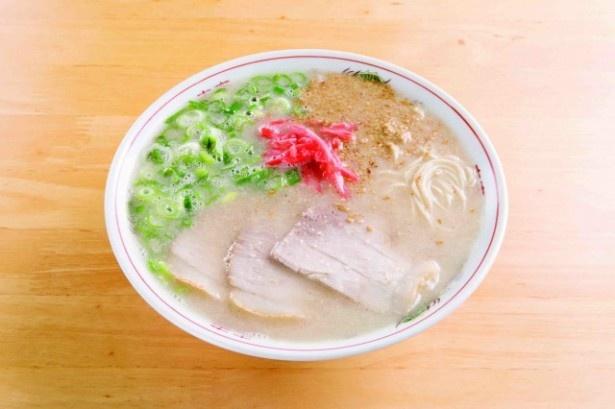 ラーメン(600円)。程よい塩味のスープは、クセがないうえにまろやかで飽きない。ゴマと紅生姜をトッピングすると味に変化がつき、いっそう食欲が増す