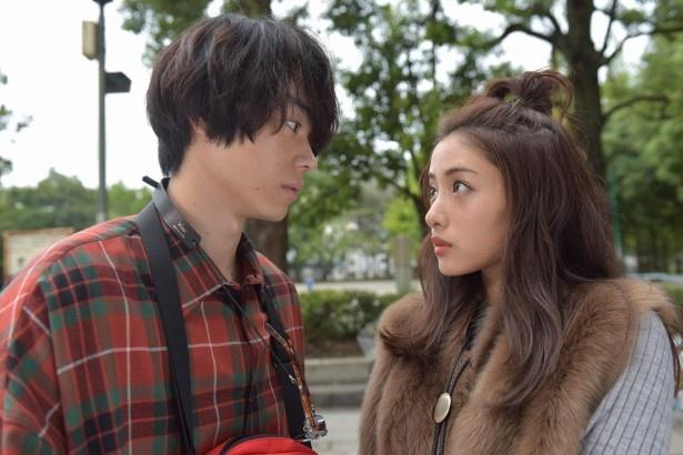 大学生・幸人(菅田将暉)と出会った悦子は、思わず幸人に一目ぼれ!