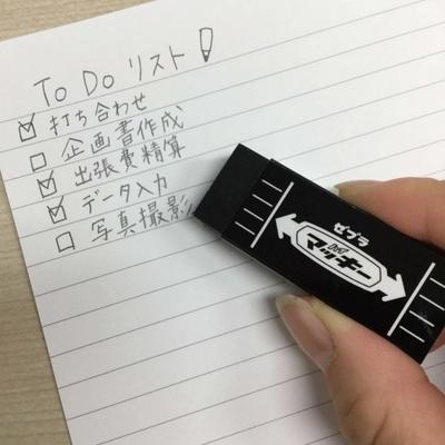 【写真を見る】黒い消しゴムで汚れが目立ちにくい「マッキー消しゴム」(108円)も使うだけで話のネタになりそうなアイテム