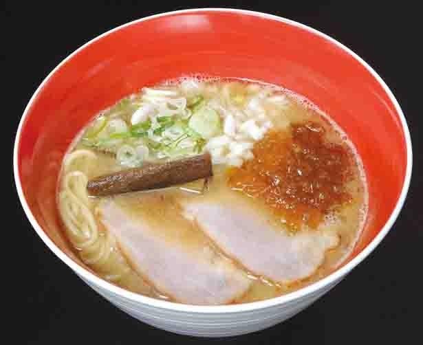 【写真を見る】MEN-EIJIの代表メニュー、魚介豚骨醤油830円