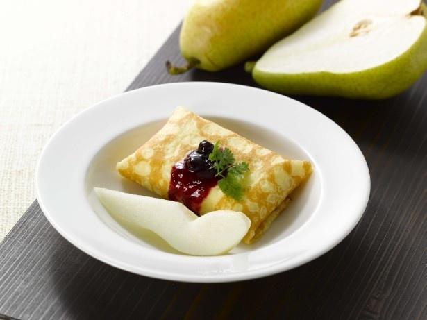 「洋梨&クレープ・クッション」(356円)はブリュレクリームとホイップクリームをクレープ生地で包み込み、柔らかな口当たりの洋梨を添えた1品