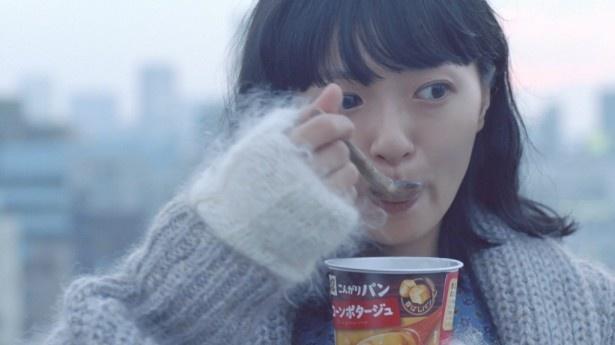 【写真を見る】「じっくりコトコト」をおいしそうに口にする榮倉の表情に注目!