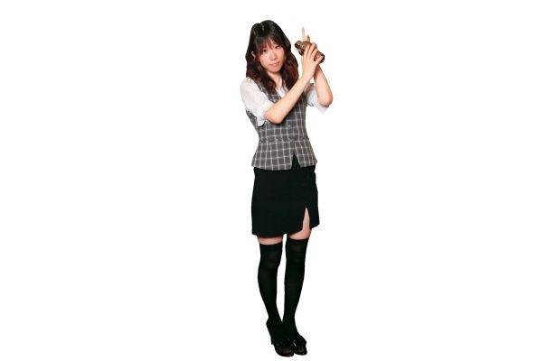 シェーカーを振る姿も様になるバーの制服。このコスプレが基本スタイル。スタッフのみ着用可