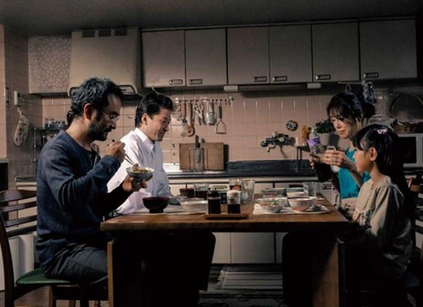 ある日、夫(古舘寛治)の古い知人という謎めいた男、八坂(浅野忠信)が町工場を営む鈴岡家に住み込みで働くことになった