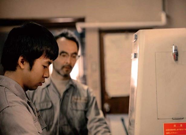 8年後、一人の若者(大賀)が新たに工場にやってくるが…