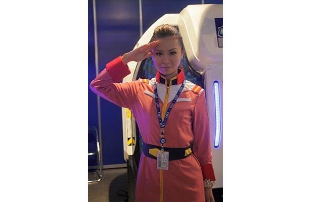 ドームスクリーン式ゲーム「機動戦士ガンダム 戦場の絆」には制服姿のスタッフも!
