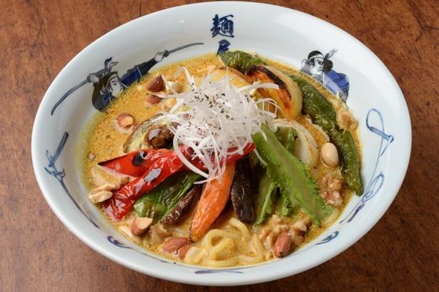 「ベジ白湯カレー麺」(1100円)。スパイス香るスープとグリル野菜が絶妙にマッチした、満足感の高い一杯