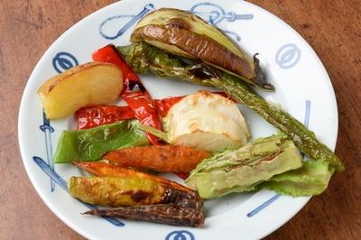 トッピング野菜は味と香りが引き立つようにグリルされる