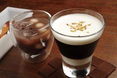 Cafe Broncoの、たっぷりのホイップとミルクプリンが層になった「コーヒーゼリー」(右¥400)と、冷やし白玉ぜんざい(左¥500)
