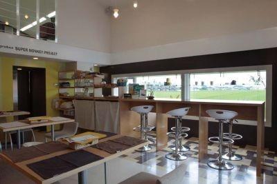 食事系からスイーツ系まで豊富にガレットがそろう、MONKEY CAFE。窓の向こうには緑の絨毯が!