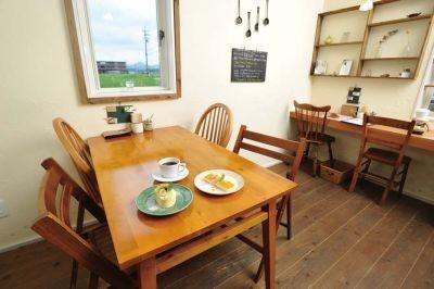 cafe quarkは、夫婦で営むのどかなカフェ。手作りの布小物やstudio'mの食器などの販売もしている