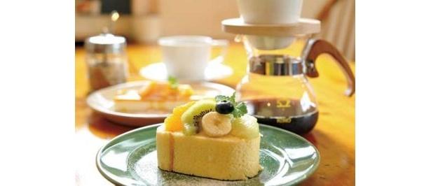 cafe quarkのフルーツロールケーキ(手前¥350)、マンゴーレアチーズ(奥左¥420)、ドーナツドリッパーで淹れるコーヒー(奥右¥380)