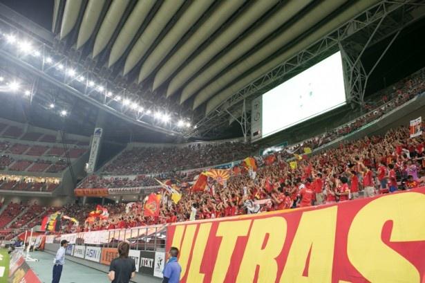 豊田スタジアムに詰めかけた名古屋グランパスサポーター