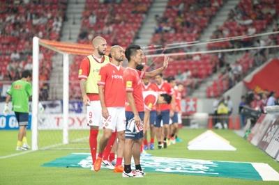 ウォーミングアップ前、サポーターに挨拶をする名古屋の選手たち