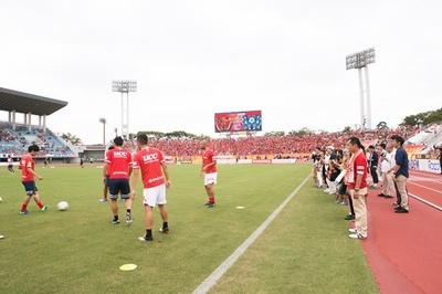 パロマ瑞穂スタジアムでのピッチサイド見学会の様子。目と鼻の先にプロサッカー選手が!