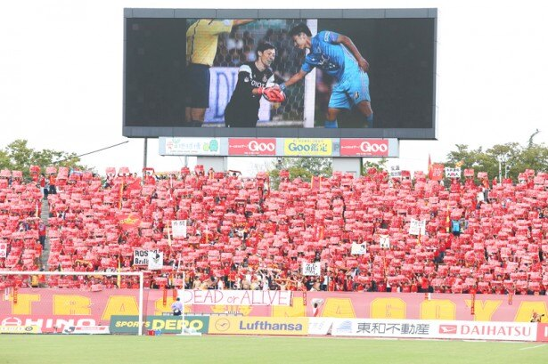 パロマ瑞穂スタジアムを赤く彩る名古屋サポーター