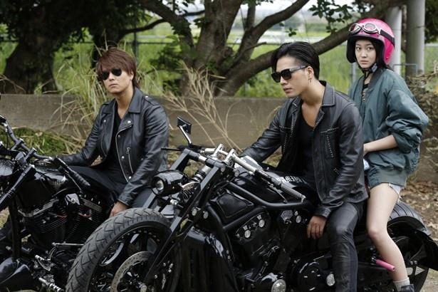 雨宮兄弟は謎の少女と一緒に、失踪した長男(斎藤工)を探しに行く