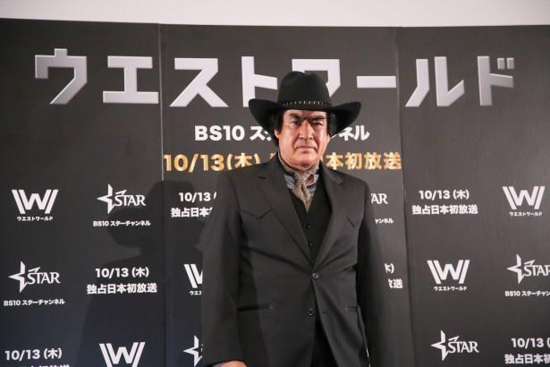 """""""謎の男""""をイメージした黒ずくめの衣装で「ウエストワールド」宣伝隊長として登場した藤岡弘、"""