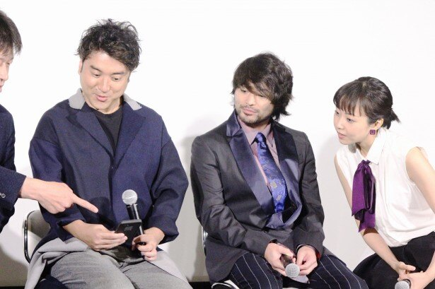 動画配信サービス「LINE LIVE(ラインライブ)」で会見が生中継される様子に興味津々の山田&木南