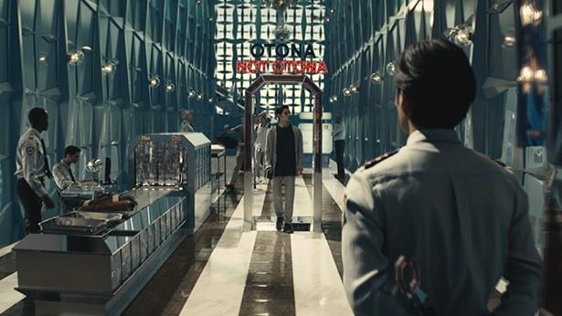 CMの舞台は空港のセキュリティーチェック