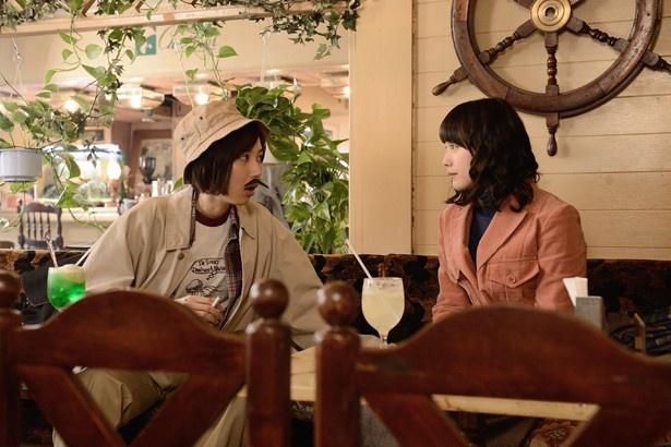 若き日の麻子と智子を演じる中村ゆりかと光宗薫。2人が思い描く将来と現在との違いがポイント(「シェモア」)