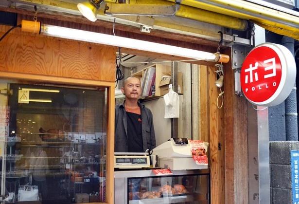 店に立っている感じなら…ということで撮影させてくれた店長・上神さん。ドラマの中でもとても自然な接客をされていた(「ポヨ3号店」)