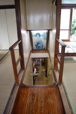 1・2階をつなぐ階段。劇中では前田敦子演じる飯田が、ここで隠れながら2人の様子を見守る(「まりや」)