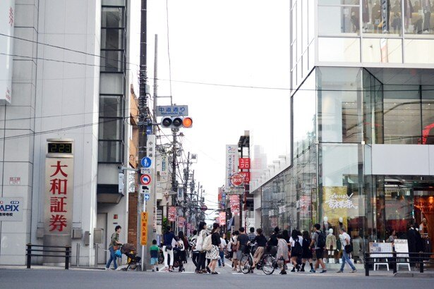 吉祥寺駅の北口にある中道通り。雑貨やファッションなど、個性的な店が多く並ぶ