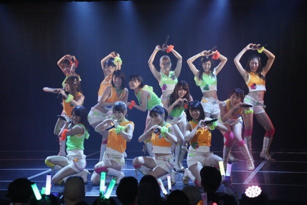 「SKE48劇場デビュー8周年特別公演」、チームEの1曲目「チャイムはLOVE SONG」で決めポーズをとるメンバーたち