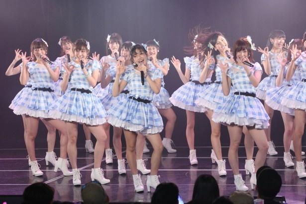 「SKE48劇場デビュー8周年特別公演」、「パレオはエメラルド」を歌唱するメンバーたち