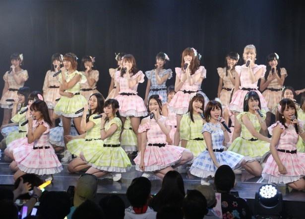 「SKE48劇場デビュー8周年特別公演」、「前のめり」「オキドキ」「パレオはエメラルド」と人気シングル曲を続けて披露
