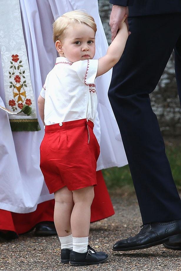 【写真を見る】幼いからこそ見られるジョージ王子のかわいい半ズボン姿!