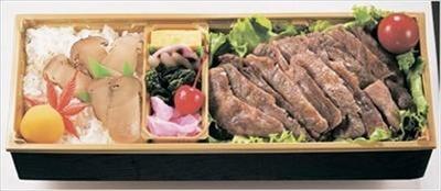 米沢牛のサーロインと松茸の豪華な共演「味の梅ばち」の「サーロインステーキ・松茸弁当」(1万800円)。注文後に調理