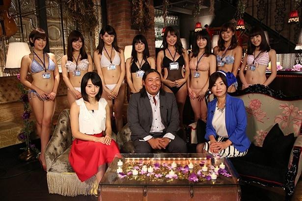【写真を見る】水着美女たちが宣伝部員として夜な夜な会議を繰り広げる