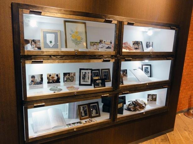 刺繍や写真などの小道具も展示される