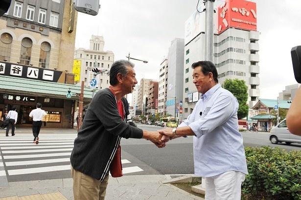 【写真を見る】初対面の高田純次と加山雄三はガッチリ握手し散歩スタート!