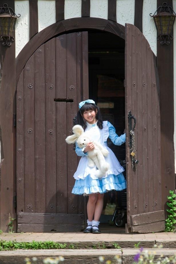 【写真を見る】本田望結は名探偵を両親に持つ綾羅木家のお嬢様・有紗を演じる