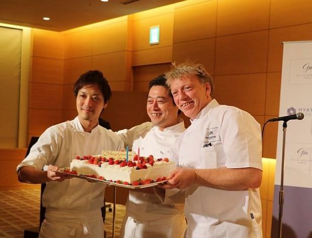 東京でジル・マルシャル氏の誕生日をお祝い!(手前、中央はペストリー・ベーカー料理長・佐藤浩一氏)