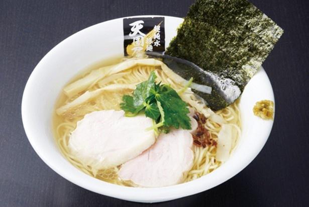 鶏白醤油麺(800円)。徳島県産の阿波尾鶏のガラに手羽元などを加えて鶏のみで炊いたスープは、鶏の旨味と鶏油の香りが広がるまろやかな味わい(「超純水採麺 天国屋」)