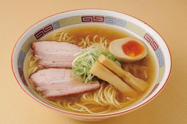 煮干しらーめん(780円)。雑味のない繊細でコクのあるスープは、鶏ガラ、煮干し、昆布ダシで煮込んだものと、煮干しを水出しした2種をブレンド(「煮干鰮らーめん 圓」)