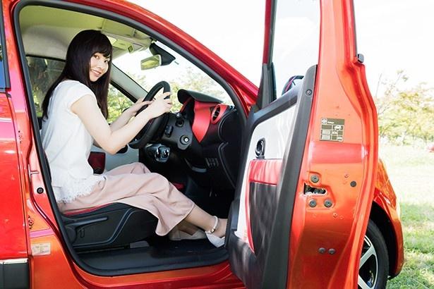 ドアの開口が大きく、足元が広々とした運転席