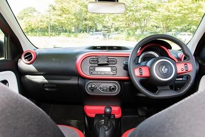 ボディカラーと同色をアクセントに取り入れた車内。カーナビ利用する際は、スマートフォンを用いる
