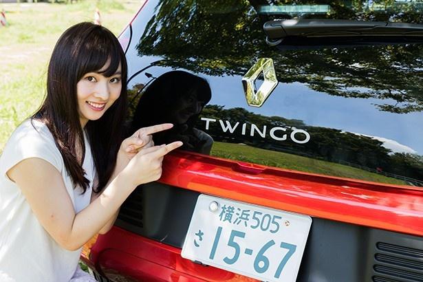 ガラスに「TWINGO」のロゴが光る