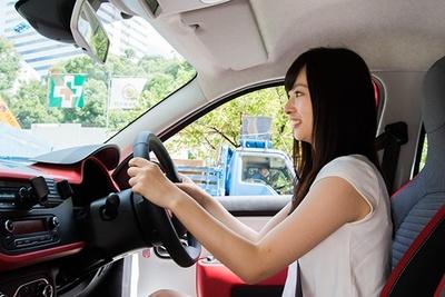 視界が高く広い運転席。セミバケット形状のファブリックシートのサポートも良好だ