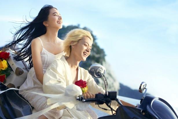 【写真を見る】小松演じる夏芽の白キャミワンピ&コウ(菅田将暉)の白装束なども展示される
