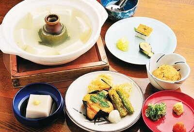 「湯豆腐定食」(3240円)は、嵯峨の名店・森嘉の濃厚な豆腐を使用した一級品だ/西山艸堂