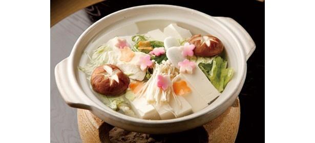なめらかな喉越しの木綿豆腐を使用した「七くさ湯豆腐」(1500円※ご飯付き1700円)/七くさ湯どうふ 西源院