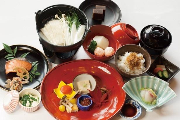 自慢の湯豆腐や魚の西京焼きなどが付く「鴨川コース」(5800円※席料込み)/豆屋源蔵
