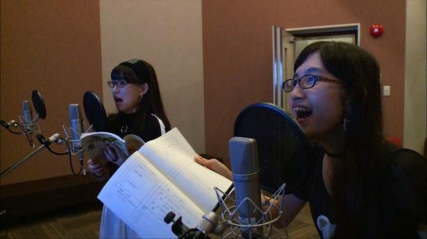 生ハムと焼うどん・東理紗、西井万理那(写真左から)が「タイガーマスクW」のアフレコに挑戦!